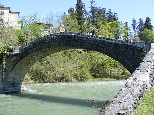 800px-Arced_Bridge_at_Village_Kobuleti