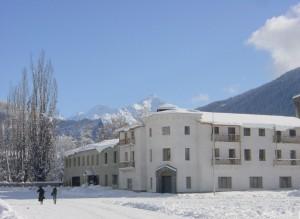 1280px-Mestia-Hotelplatz-undTetnuld